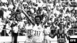 Fotografía de archivo de Alberto Juantorena tras vencer en la prueba de los 800 metros en la Olimpiada de Montreal y batir el récord mundial. A la izquierda, el corredor belga Ivo van Damme, (plata) y a la derecha, el estadounidense Richard Wohluter.