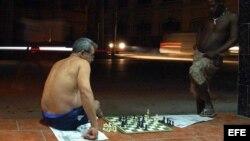 Cubanos juegan ajedrez en el barrio habanero de El Cerro.