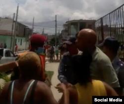 Vecinos trataron de impedir la detención de Guillermo Fariñas el 19 de mayo de 2021.