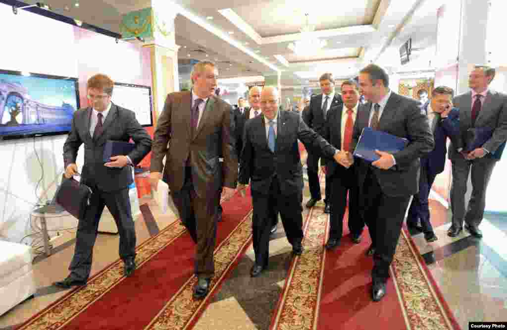 Por los pasillos, tras la firma de los acuerdos entre Cuba y Rusia.