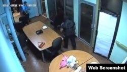 Una imagen de la cámara de seguridad muestra cómo la policía, encapuchados, se encuentran en la antesala de la oficina de Mora. Tomado de 100% Noticias.