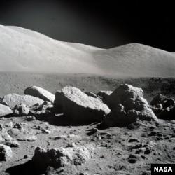 Un miembro de la tripulación del Apollo 17 tomó esta fotografía de un gran campo de rocas de la superficie lunar en el sitio de aterrizaje de Taurus-Littrow.