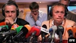 Los empresarios rusos Andréi Lugovói (d) y Dimitri Kovtun, sospechosos del asesinato ex espía ruso Alexander Litvinenko, durante una videoconferencia con periodistas británicos. Foto de archivo