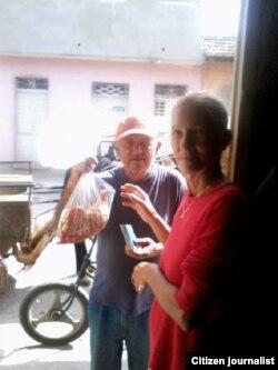 Reportera ciudadana Maidin Carretero muestra la carne de racionamiento que vende el gobierno