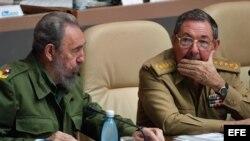 Fidel y Raúl Castro durante una reunión del parlamento en 2006, meses antes de que el primero se viera obligado a delegar el poder en el segundo, a causa de serios problemas de salud.