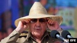 Raúl Castro, se prepara para su discurso en la ciudad de Santiago de Cuba, durante un acto celebrado por el 60 aniversario del asalto al cuartel Moncada.