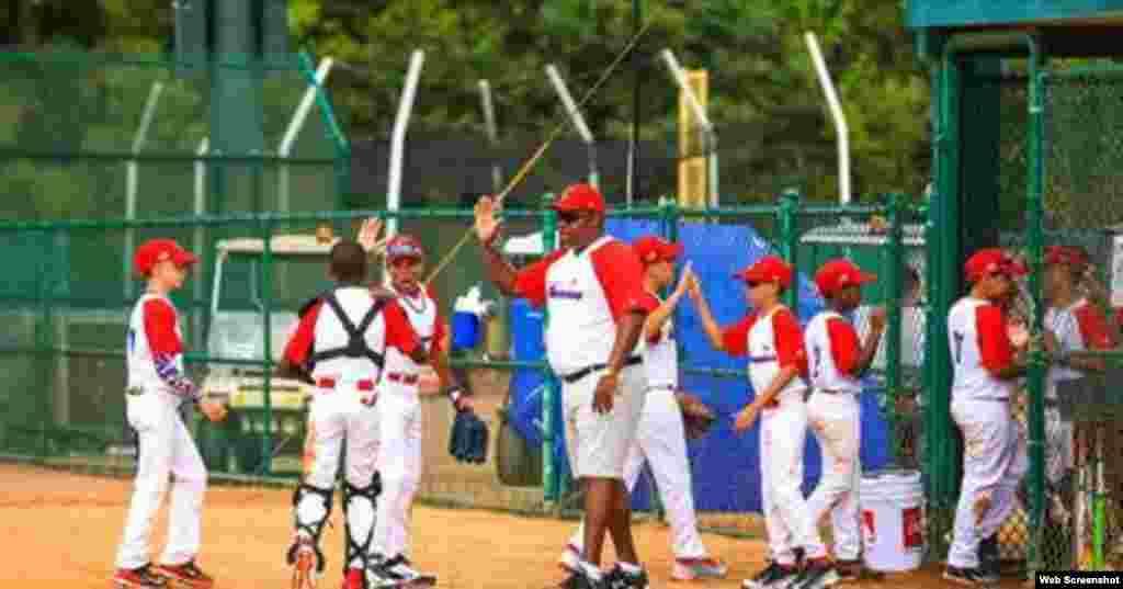 """Noel Tortoló, mánager del equipo infantil """"Los Habaneros"""", felicita a los peloteritos cubanos que juegan en el torneo Disney Salute to Baseball, en Orlando, Florida. Imagen tomada de un vídeo del periódico Orlando Sentinel."""