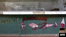 ARCHIVO.Mostrador de venta de productor cárnicos, fundamentalmente carne de cerdo, de un mercado estatal, permanece desierto.