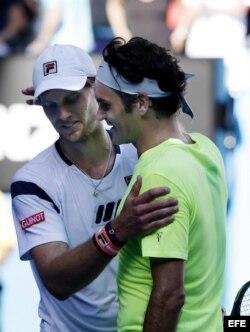 Federer (dcha) saluda a Seppi tras su derrota en la tercera ronda del Abierto de Australia.