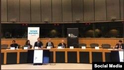El panel en el Parlamento Europeo. Tomada de @JRBauza