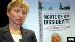 Archivo - Martina Litvinenko, viuda de Alexander Litvinenko, el ex espía ruso envenenado con polonio en Londres en 2006, durante la presentación de su libro 'Muerte de un disidente' escrito junto a Alex Goldfarb, en Lisboa, Portugal.