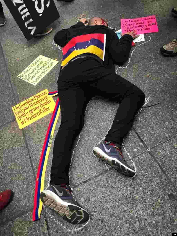 Manifestantes de la diáspora venezolana se concentraron este tarde frente al edificio de Naciones Unidas en Nueva York.