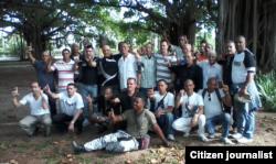 Reporta Cuba excarcelados en Parque Gandhi junto a activistas de derechos humanos Foto Angel Moya