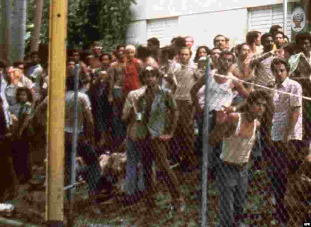 El 4 de abril de 1980 miles de cubanos entraron a la fuerza a la embajada peruana en La Habana a pedir asilo.