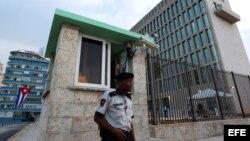 Un militar cubano custodia la embajada de Estados Unidos en La Habana.