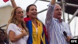 La dirigente opositora venezolana María Corina Machado (c) asiste en compañía del alcalde de Caracas, Antonio Ledezma (d) y Lilian Tintori (i), esposa del encarcelado dirigente Leopoldo López, a una concentración en Chacaíto por la libertad de los presos políticos.