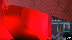 Un lazo rojo gigante en la Plaza de Tiananmen. AP Photo/Andy Wong