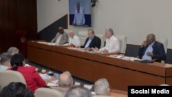 De izquierda a derecha, Esteban Lazo, José Ramón Machado Ventura, Manuel Marrero, Miguel Díaz Canel y Salvador Valdés Mesa en una reunión del Consejo de Ministros (Foto tomada de un mensaje de Twitter de la Presidencia de Cuba).
