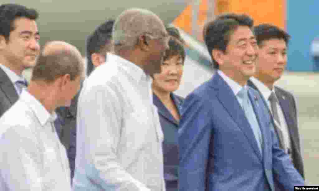 El premier japonés Shinzo Abe, arriba al Aeropuerto Internacional José Martí de La Habana.