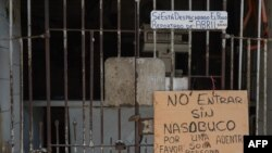 Un cartel alerta sobre el uso de mascarillas por el coronavirus en La Habana, Cuba, el 19 de mayo del 2020.