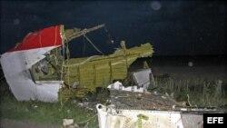 Restos del Boeing 777 de Malaysia Airlines que cayó en el este de Ucrania con 295 personas a bordo.
