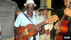 """Con 97 años toca la guitarra, el tres y el cuatro en el conjunto """"Los 6 del son""""."""