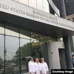 (De izq. a der.) Las Damas de Blanco Dolia Leal, Loudes Esquivel y Blanca Reyes frente a la sede de EEUU en Naciones Unidas.