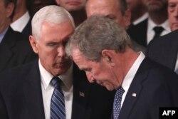 El vicepresidente Mike Pence expresa sus condolencias al hijo del expresidente Bush, George W. Bush.