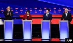 De izquierda a derecha, Tim Ryan, Amy Klobuchar, Pete Buttigieg y Bernie Sanders (Foto: AFP).