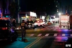 Un agente de la ATF examina la escena de la explosión en Manhattan.
