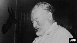 """Foto de Ernest Hemingway tomada en 1952 mientras lee que ganó el premio Pullitzer con su novela """"El viejo y el mar""""."""