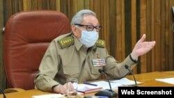 """Raúl Castro durante una reunión en junio pasado, en la que anunció el inicio de la """"desescalada"""" de la pandemia en Cuba."""