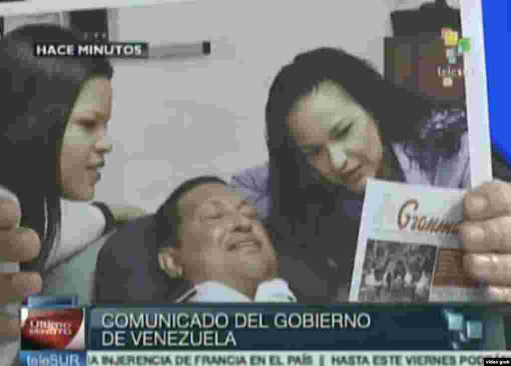 El ministro de Ciencia y Tecnología, y yerno del mandatario, Jorge Arreaza, difundió en la televisora estatal fotografías de Chávez acostado, acompañado de sus hijas Rosa Virginia y María Gabriela.