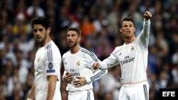 El delantero Cristiano Ronaldo junto a su compañero, el centrocampista Sergio Ramos