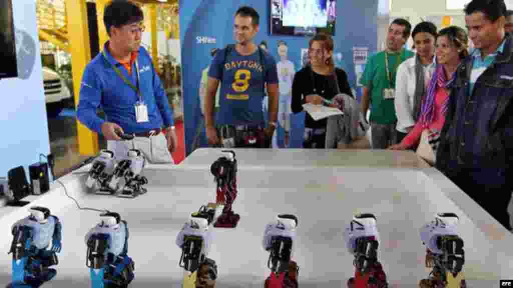 Asistentes observan varios robots coreanos en la Feria Internacional de La Habana