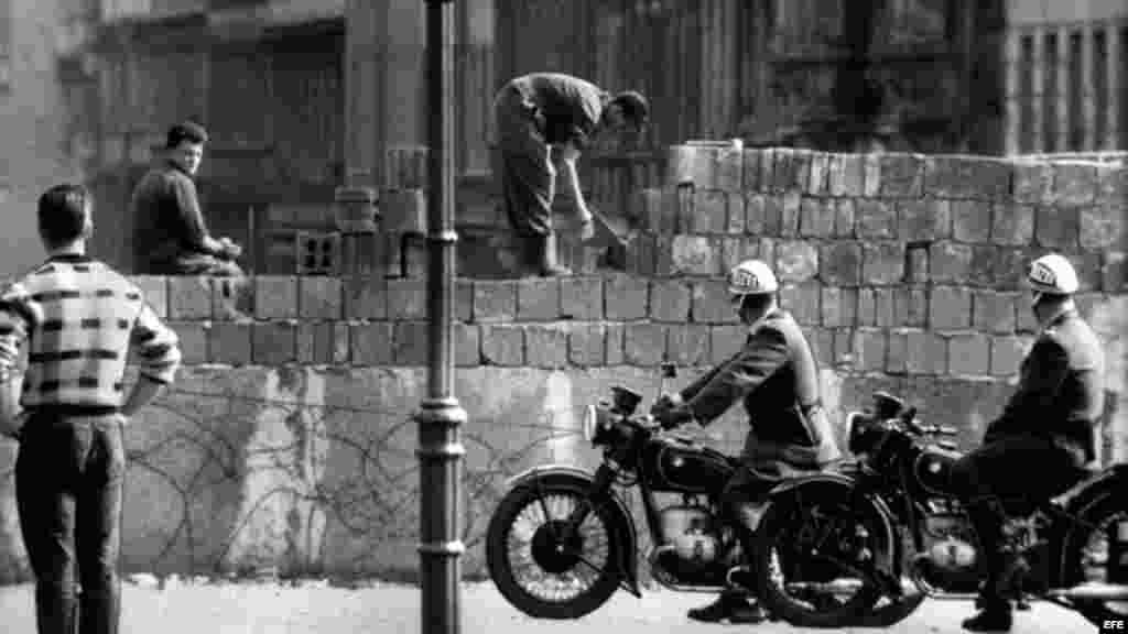 Fotografía de archivo de agosto de 1961 de la construcción del Muro de Berlín en la calle Bernauer de Alemania.