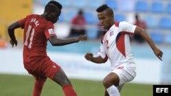 El futbolista de la selección portuguesa Bruma (i) lucha por el control del balón ante el cubano Andy Baquero (d) durante un partido del Mundial de fútbol sub-20 disputado entre Portugal y Cuba.