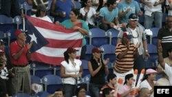Aficionados puertorriqueños respaldan a su equipo los Indios de Mayagüez. Foto de archivo.