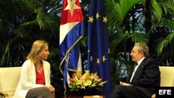 Imagen de la reunión sostenida entre Raúl Castro y la jefa de la diplomacia de la Unión Europea, Federica Mogherini, marzo de 2015.