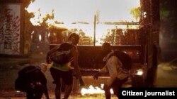 """Manifestantes en Chacao incendiaron uno de los carros que lanzan chorros de agua, conocidos como """"ballenas"""""""