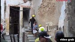 Los bomberos ayudan a evacuar a los vecinos de un edificio derrumbado en la calle Villegas de La Habana Vieja.