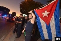 Cubanos de Miami reaccionan a la noticia del restablecimiento de relaciones entre EEUU y la isla, el 17 de diciembre de 2014.