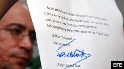 El presentador del programa Mesa Redonda de la TV estatal cubana, Randy Alonso, muestra el mensaje enviado por Fidel Castro, luego de votar desde el lugar en que descansa en las elecciones generales que se celebran en Cuba para la ratificación de los cand