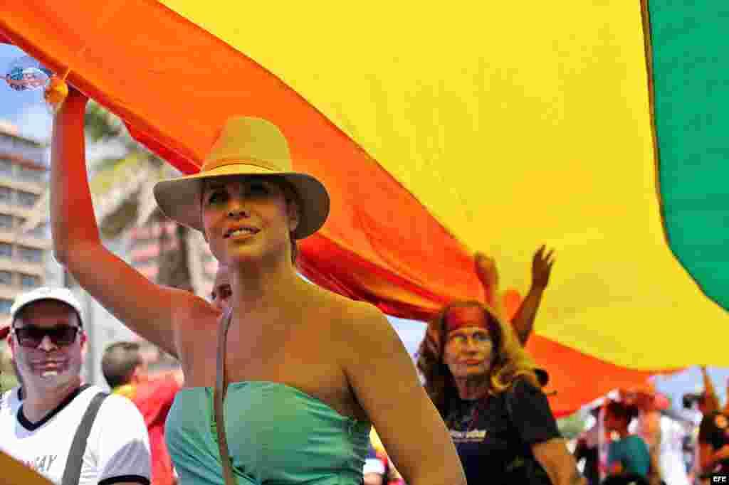 La actriz estadounidense Candis Cayne participa en una conga por los derechos LGTBI, en la 9 jornada contra la homofobia y la transfobia en Cuba.