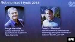 Los ganadores del Premio Nobel de Física 2012, el francés Serge Haroche y el estadounidense David J. Wineland, presentados en una pantalla durante una rueda de prensa en la Real Academia de Ciencias de Suecia, en Estocolmo, Suecia.