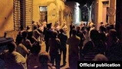 """La """"audiencia sanitaria"""", reunión de vecinos convocada en una esquina de Camagüey, según la reporta el periódico de la provincia (Foto: Alejandro Rodríguez Leiva/Diario Adelante)."""