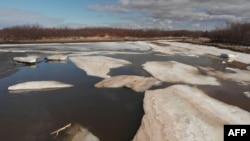 Imágenes aéreas de los lagos de la tundra derritiéndose en el camino de Quinhagak a Betel, Alaska. AFP.