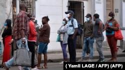 Habaneros hacen cola para comprar comida. La capital cubana lleva la peor parte en el repunte de casos de COVID-19. (Yamil LAGE / AFP)