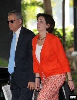 La secretaria de Estado adjunta para Latinoamérica, Roberta Jacobson, junto a Jeffrey DeLaurentis.