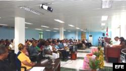 Dirigentes del Poder Popular de Guantánamo reunidos en una asamblea.